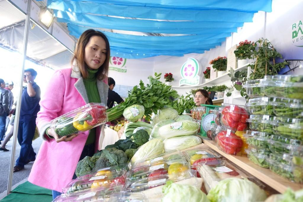Những gian hàng nông sản Đà Lạt trên đường Nguyễn Văn Cừ là một góc phơi lộ Đà Lạt về đặc sản. Ảnh: TL