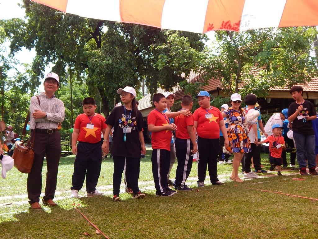 Sáng ngày 3/6/2016, tại khu du lịch Văn Thánh TPHCM, hàng trăm trẻ tự kỷ của 9 trường chuyên biệt trên địa bàn đã có một ngày hội thao thân thiện vui vẻ, hoạt động có ích cho trị liệu cũng như giúp trẻ tự kỷ hòa nhập với cộng đồng.