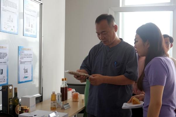 ông Han Sangcheol, giám đốc công ty WinwinFarm giới thiệu sản phẩm chế biến từ nông sản của Hàn Quốc