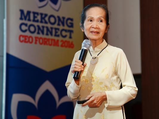 Chuyên gia kinh tế Phạm Chi Lan là người phát biểu đề dẫn diễn đàn.