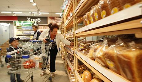 """Продажа хлеба в супермаркете """"Перекресток"""", который открылся в Екатеринбурге."""