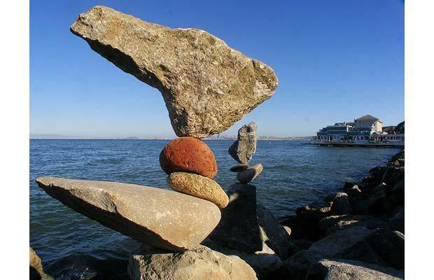 Trong một sự điêu luyện xây dựng, Bill Dan, đến từ San Francisco, có thể tạo ra các đống đá phản cân bằng trong vòng vài phút.