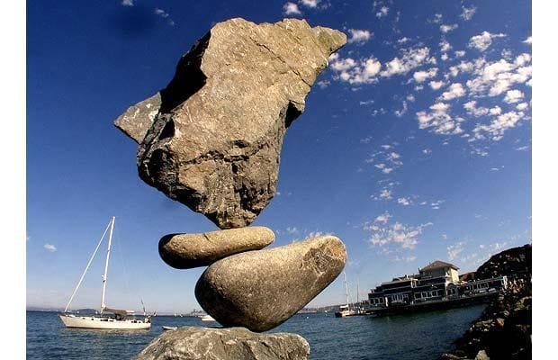 Lấy cảm hứng từ các chồng đá sử dụng bởi dân chơi trekker - nghệ sĩ Bill Dan đã từ ý tưởng đó tạo hình các chồng đá của mình.