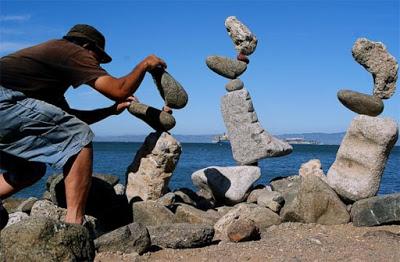 Mỗi một tháp đá trông như lảo đảo khi các hòn đá chồng lên nhau.