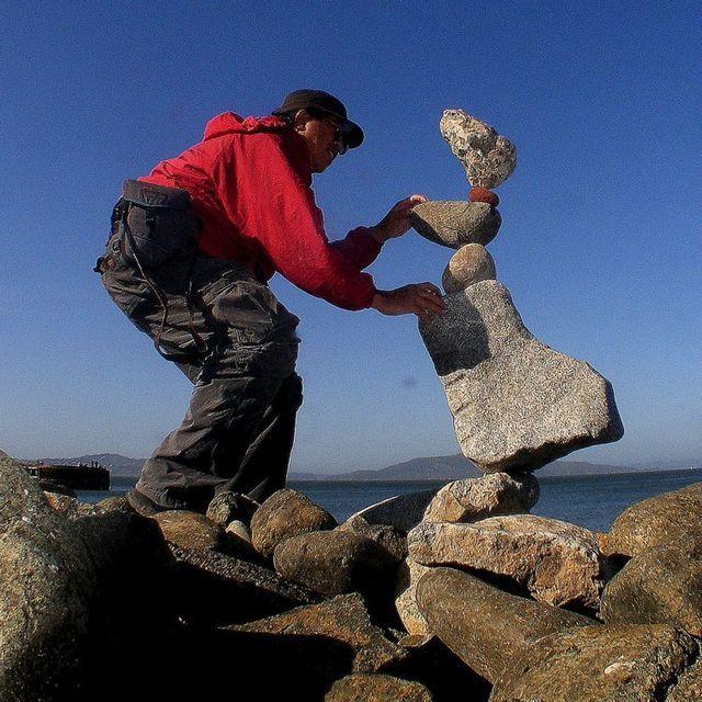 Người khéo tay gốc Indonesia thậm chí còn tạo cân bằng với những hòn đá lớn nằm dưới hòn đá nhỏ.