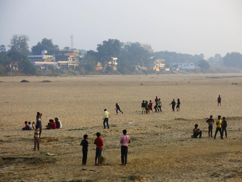 3. Bãi cát giữa sông là sân chơi của các bạn trẻ.