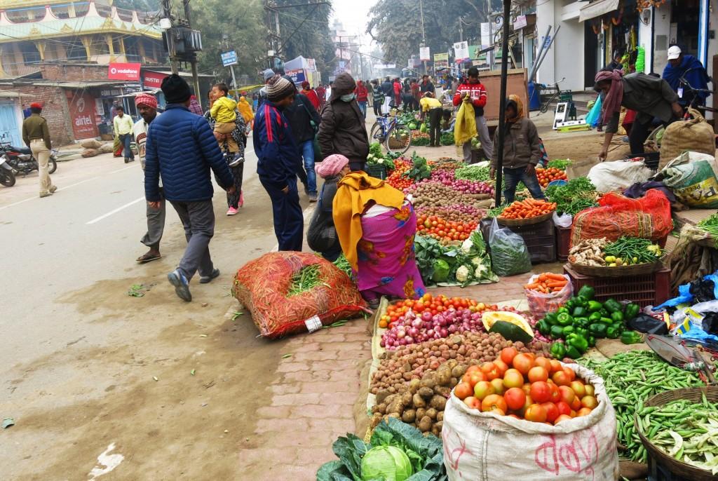 7. Con đường đến Ni Liên Thuyền ngang qua khu chợ lề đường đông vui tấp nập.