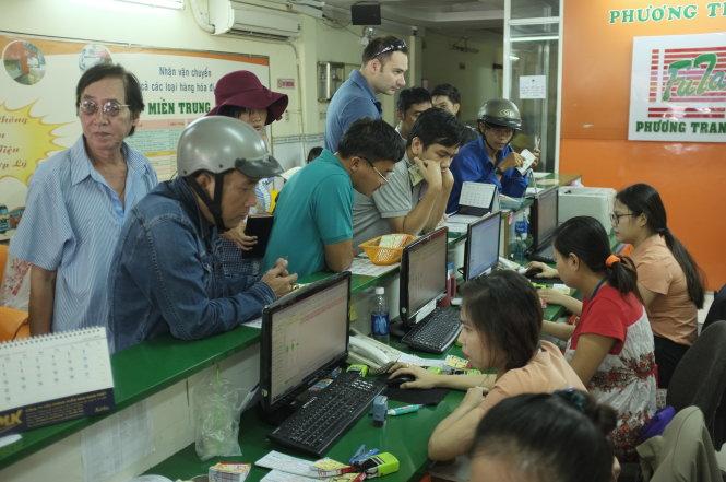 Khách hàng mua vé xe khách tuy¿n TP HCM - à L¡t. ¢nh: Châu Anh