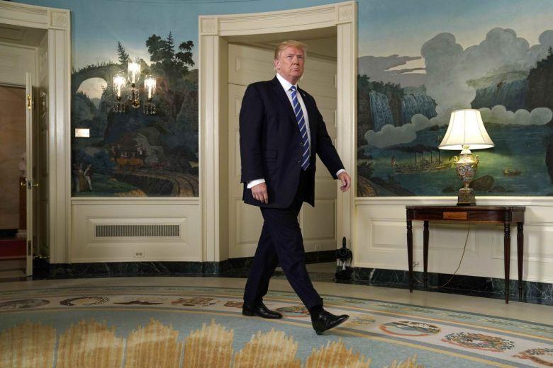 Tổng thống Trump bước vào Phòng Ngoại giao trong Nhà Trắng để phát biểu về chuyến công du Châu Á của ông