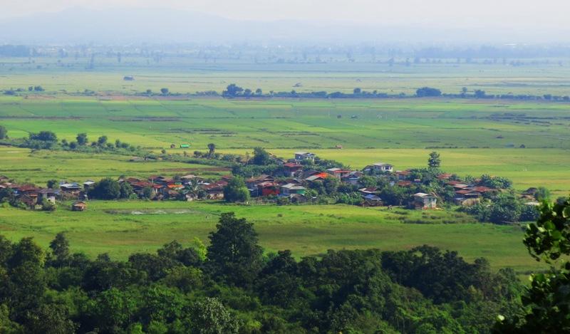 1b. Đồng quê Nyaungshwe nhìn từ chùa cao, xóm xa vẫn mờ mờ trong sương sớm.