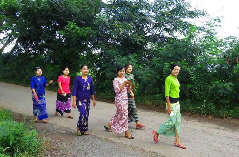 4b. Duyên xinh thôn nữ Nyaungshwe ngày hội hè, làm đường đi thêm vui.