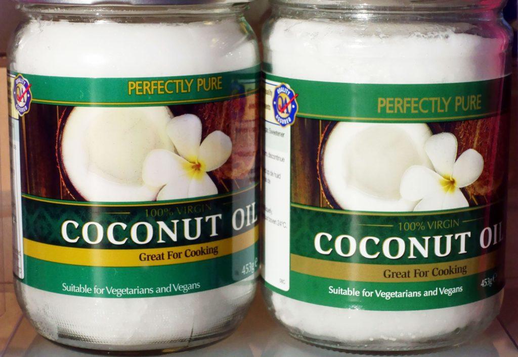 """Dầu dừa chứa đến 80% chất béo bão hòa, được một GS Harvard gọi là """"chất độc thuần túy""""."""