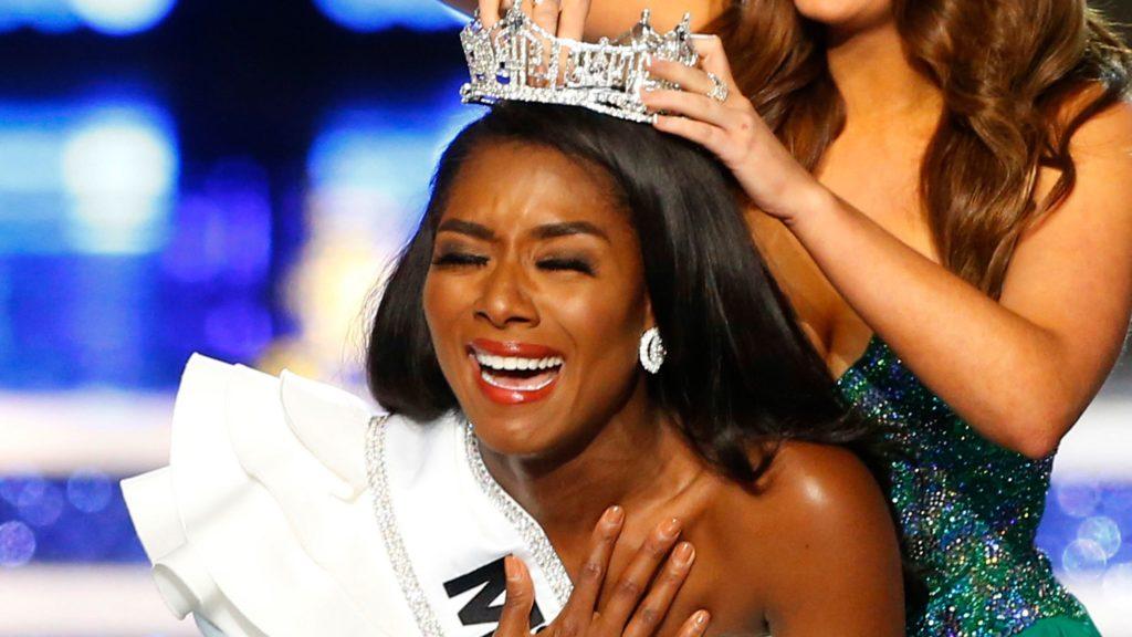 Vượt qua 50 đối thủ, vừa qua cô gái da màu Nia Franklin đã đăng quang ngôi vị Hoa hậu Mỹ 2019. Franklin đã chinh phục mọi người bằng tài năng và trí tuệ vì cô vốn là một ca sĩ opera đầy tài năng và có bằng thạc sĩ âm nhạc.
