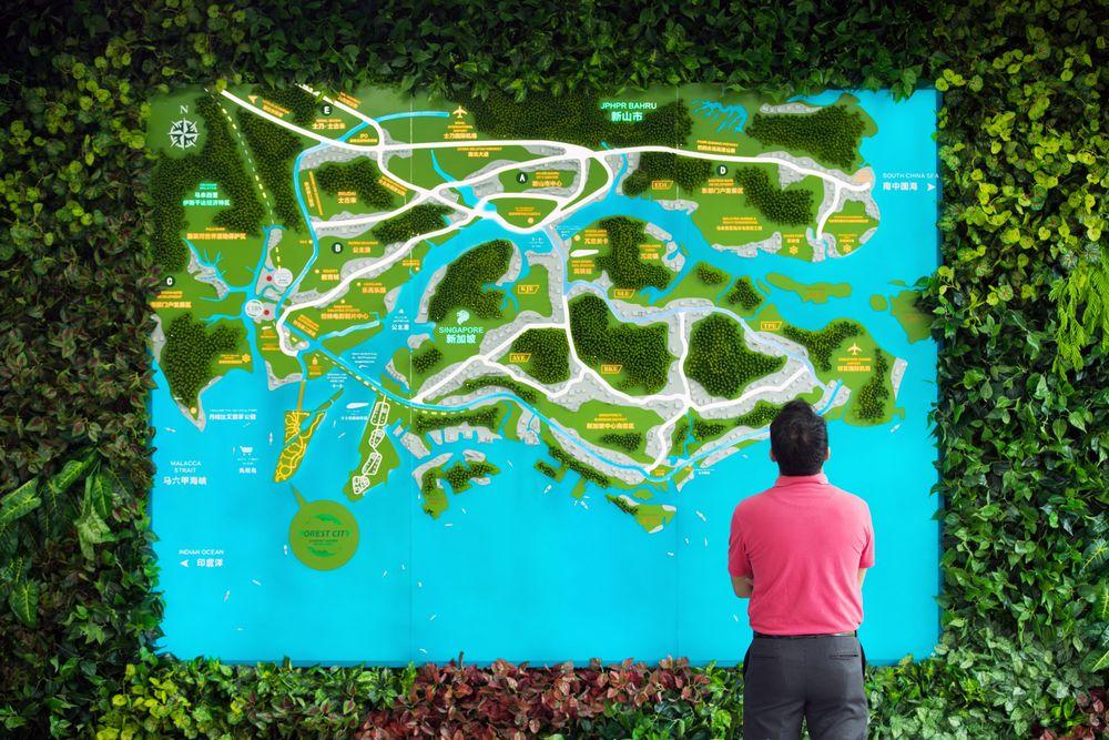 Một bản đồ trong một phòng giới thiệu sản phẩm ở Malaysia và Singapore tại Forest City của công ty Country Garden ở Johor, Malaysia vào năm 2017. Ảnh: TL