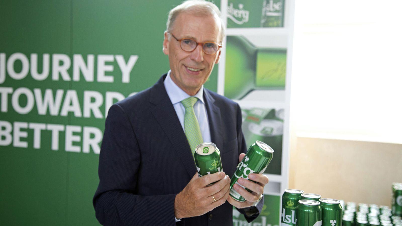 Ông chủ Carlsberg Cees 't Hart cho rằng dùng keo tái sinh thay vì nhựa để gắn kết các lon bia với nhau là một khoản đầu tư vào môi trường, theo SkyNews. Ảnh: TL