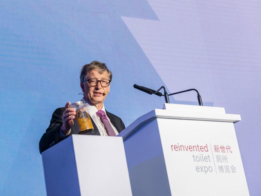 Người đồng sáng lập Microsoft không sợ cử tọa xem mình là kẻ điên rồ. Tại cuộc triển lãm sáng tạo lại nhà vệ sinh (Reinvented Toilet Expo) diễn ra ở Bắc Kinh – Trung Quốc tuần này, ông cầm một lọ phân người đưa mọi người xem và mở đầu bài nói chuyện.