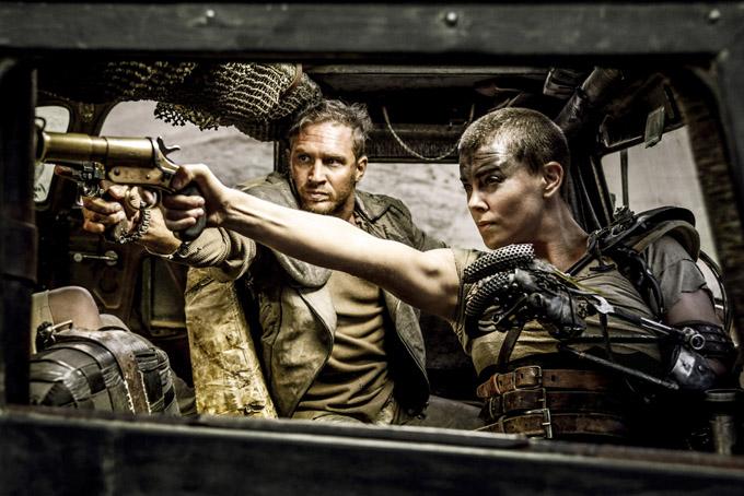 Charlize Theron làm nữ chiến binh cáu bẩn và mang đầy thương tích, lái chiếc xe bọc thép, đưa nhóm chị em xinh đẹp băng qua chiến trường binh lửa để tìm lại quê hương