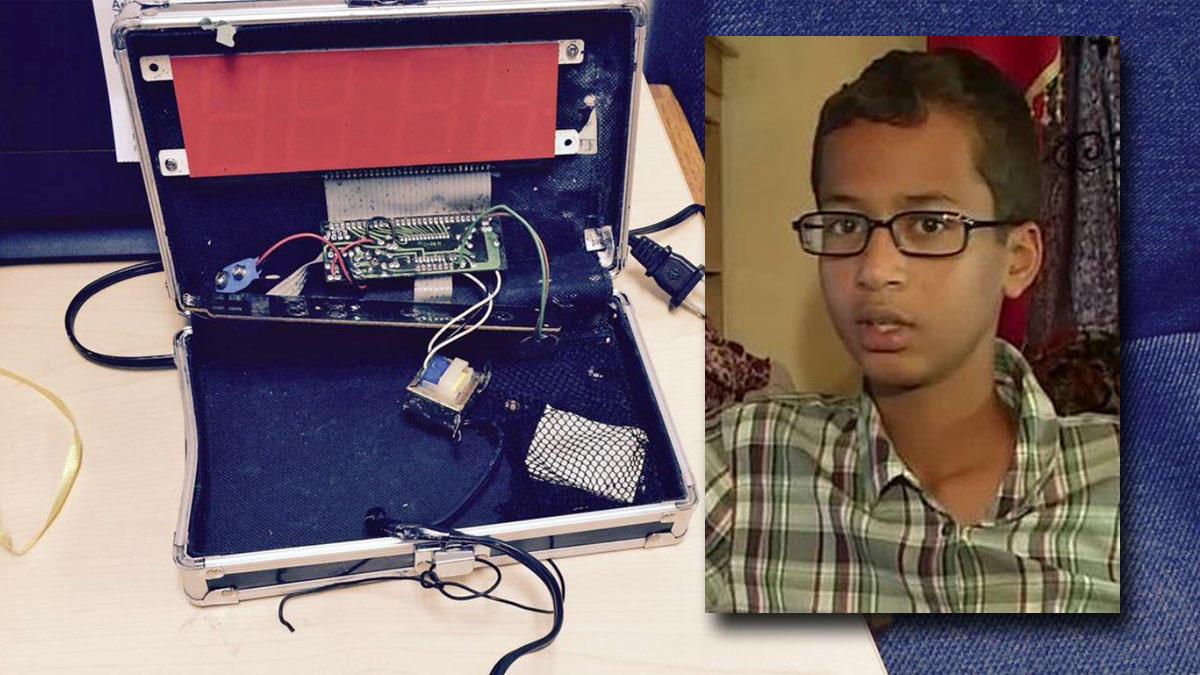Ahmed Mohamed và chiếc đồng hồ bị nghi ngờ là quả bom hẹn giờ. Ảnh: TL