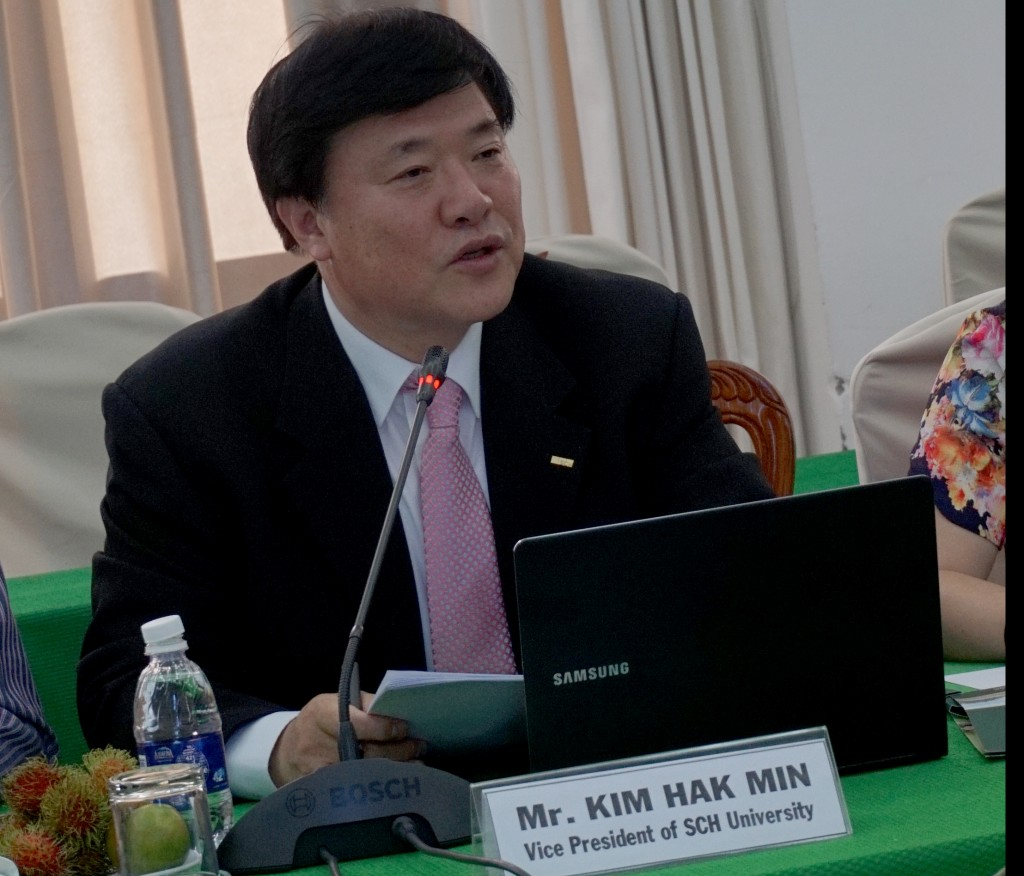 Ông Kim Hak Min trình bày ba ưu điểm của thành phố thông minh