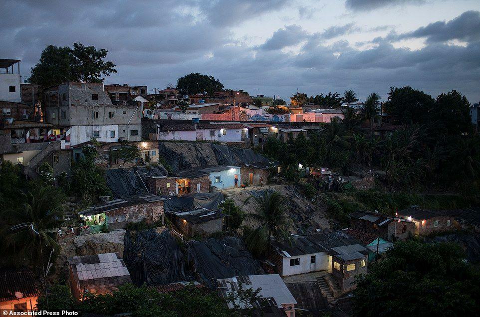 Các ngôi nhà được nắng chiều dọi xuống ở Ibura, một trong những vùng lân cận với con số trẻ em sinh ra nghi mắc bệnh đầu teo cao nhất tại Recife, bang Pernambuco.