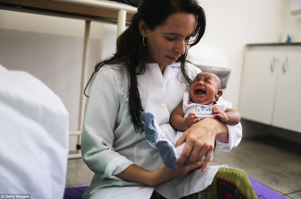 TS Valeria Barros xử trí một em bé sáu tuần tuổi mắc chứng đầu teo tại phòng khám đa khoa Lessa de Andrade ở Recife, bang Pernambuco, Brazil.
