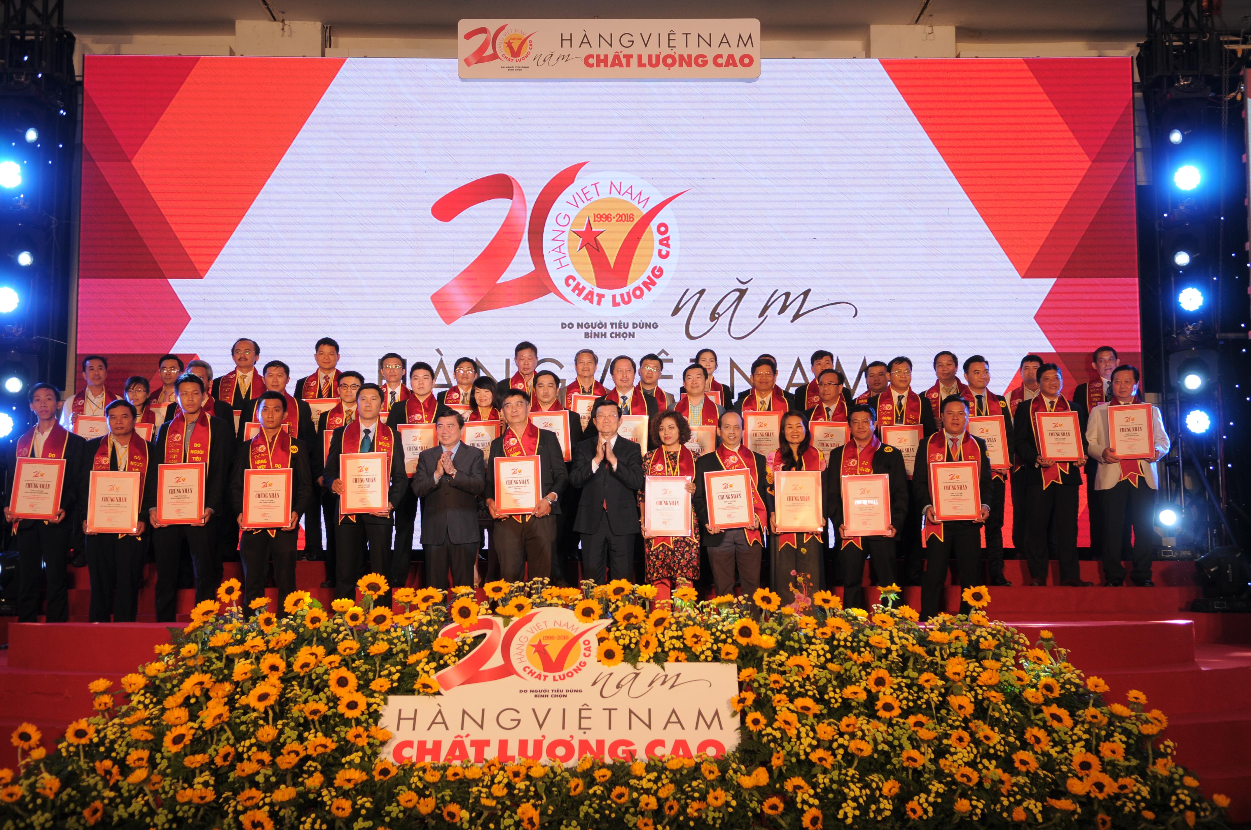 Chủ tịch nước Trương Tấn Sang và Chủ tịch UBND TP.HCM Nguyễn Thành Phong trao chứng nhận danh hiệu HVNCLC cho các doanh nghiệp