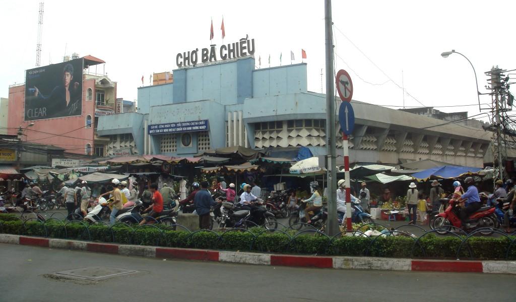 vong-vay-ben-ngoai-cho-ba-chieu