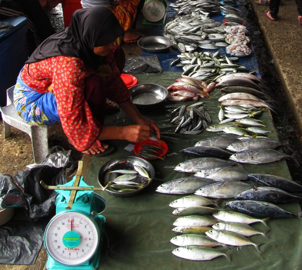 9. Thật thân quen ở hàng cá này khi thấy cái cân đồng hồ có cái nhãn ''Sài Gòn''.