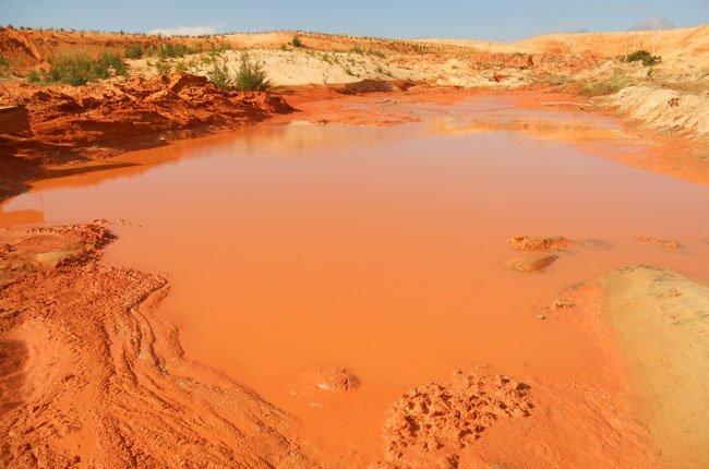 Hiện trường vụ bể hồ bùn đỏ.
