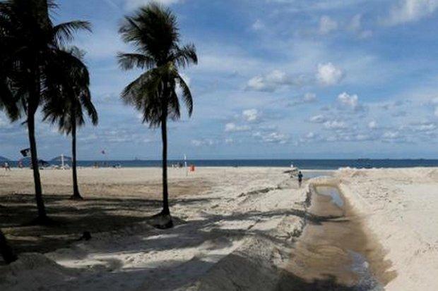 Trong một bức ảnh chụp ngày thứ bảy vừa qua, một người đàn ông chạy bên cạnh hệ thống cống thải đổ ra bãi biển Copacabana ở Rio de Janeiro. Đấy là một trong những nguồn dẫn siêu vi khuẩn từ bệnh viện ra biển. Ảnh: TL