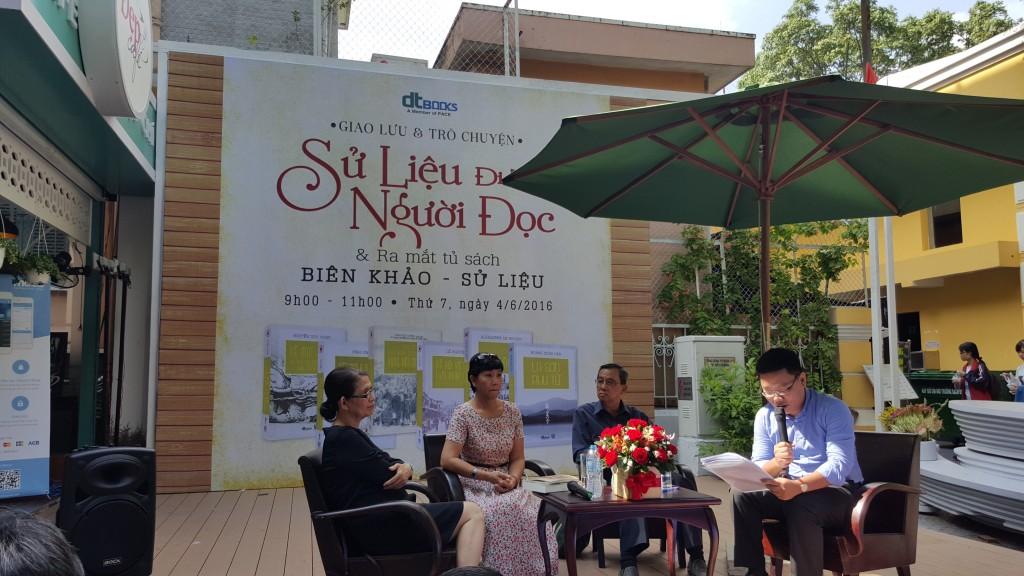 Bà Quách Thu Nguyệt ngồi ngoài cùng bên phải, trò chuyện về sách sử với các độc giả