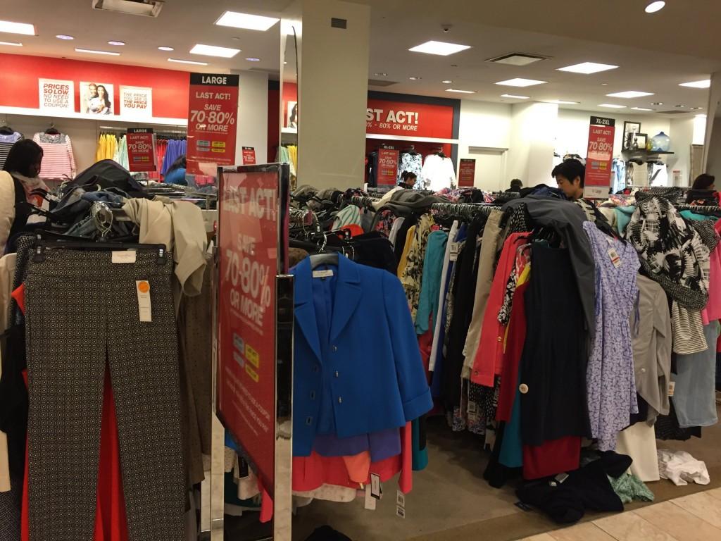 Trong một cửa hiệu của thương hiệu Macy tại quảng trường Herald Square, khu Manhattan, TP.New York. Quần áo có vẻ khó lựa chọn hơn mua sắm ở cửa hiệu ảo.