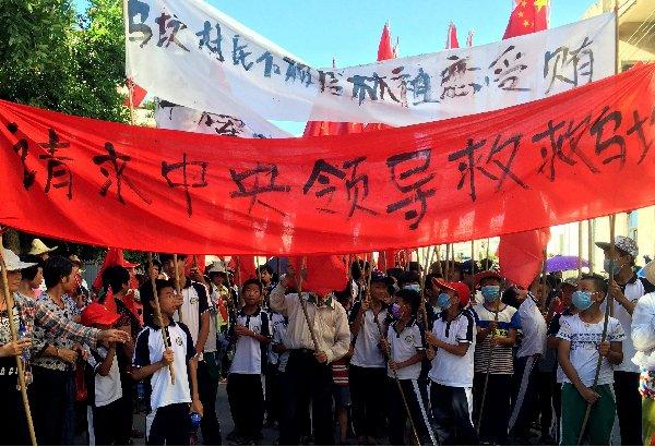 Người dân làng Ô Khảm, tỉnh Quảng Đông (Trung Quốc) biểu tình nhiều ngày qua, xuất phát từ câu chuyện bị trưng thu đất trái phép.Ảnh: Reuters