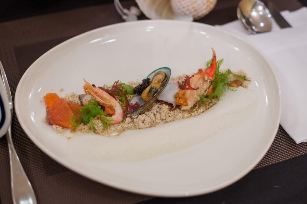 Món Hải sản lạnh - Tôm hùm, bạch tuộc, tôm Bắc Cực ăn kèm rong biển trứng cá đen - Ảnh: BTC