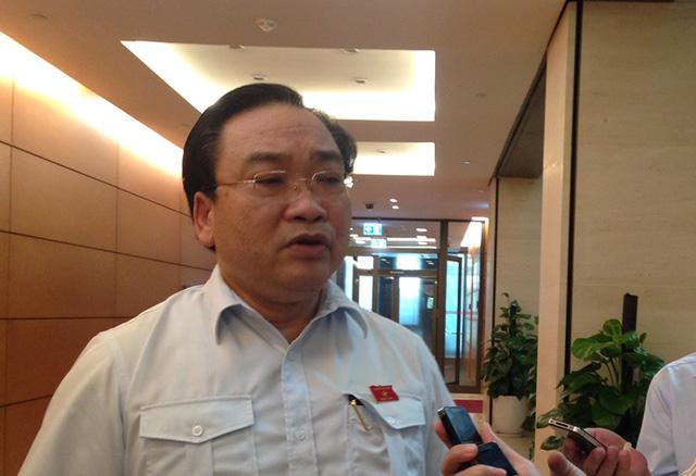 Bí thư Hoàng Trung Hải trả lời phỏng vấn bên hành lang Quốc hội ngày 28/10.