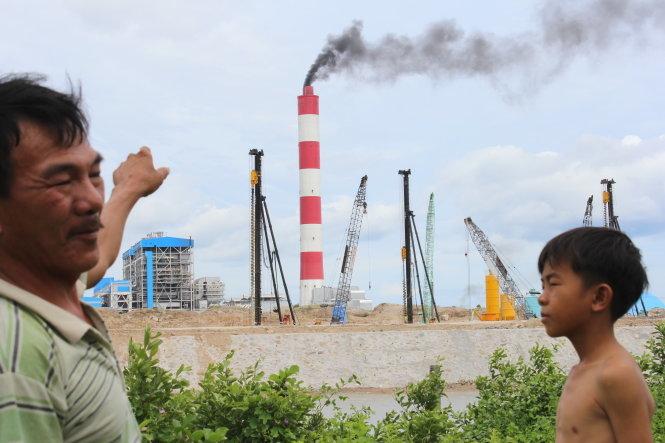 Ng°Ýi dân xóm 7 thôn V)nh Phúc (xã V)nh Tân, huyÇn Tuy Phong, tÉnh Bình Thun) ph£i sÑng trong c£nh khói båi en ngòm th£i ra të Nhà máy NhiÇt iÇn V)nh Tân 2¢nh: MINH TRÂN