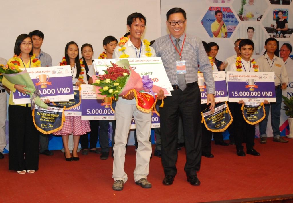 Ông Nguyễn Lâm Viên, chủ tịch HĐQT, giám đốc công ty Vinamit, đề xuất đầu tư 100% vào dự án trồng lúa hữu cơ của Võ Văn Tiếng. Ảnh: TLBSA