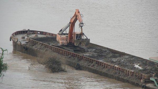 """Hình ảnh """"tàu lạ"""" xả chất thải xuống lòng sông. Ảnh: Vietnamnet."""