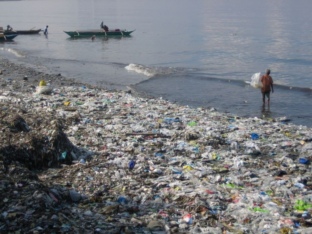 plastic-bottles-for-water-polluting-the-ocean-environmental-hazard