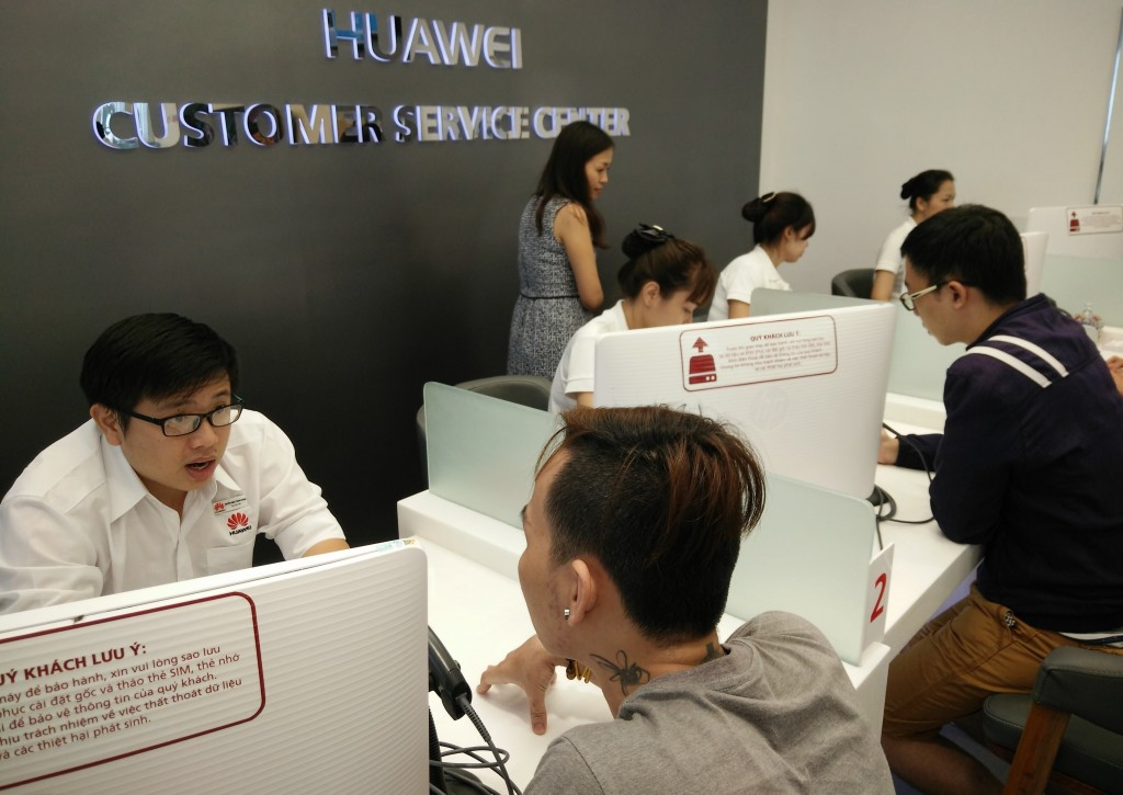 Tư vấn cho khách hàng tại trung tâm CSKH của Huawei.