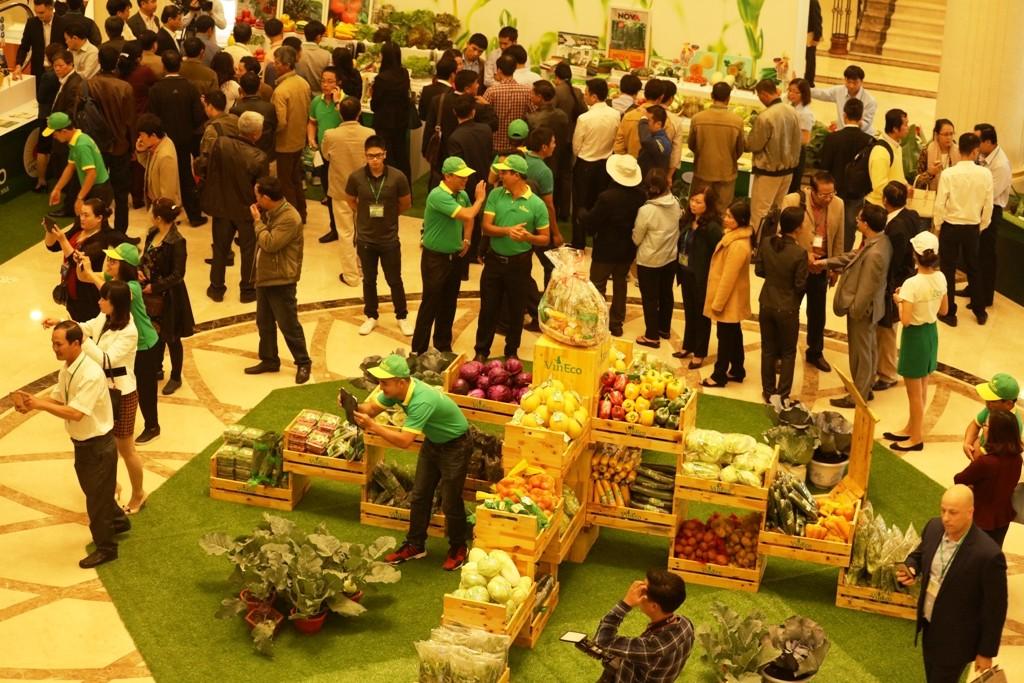 250 nông dân chuyển đổi sang quy trình sản xuất an toàn tham dự hội nghị và trưng bày nông sản an toàn.
