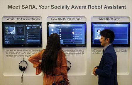 Một người tham dự trao đổi với SARA, một robot trợ giúp nhận thức xã hội - khả năng thay thế công việc làm cổ trắng tương lại, trong một cuộc giới thiệu tại WEF thường niên ở Davos, Thụy Sĩ. Ảnh: TL