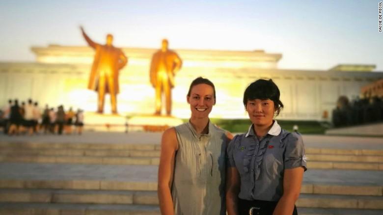 Cassie De Pecol ở Triều Tiên cùng với hướng dẫn viên du lịch của cô. Cô đến đấy trong một tour được tổ chức ba ngày qua một nhóm du lịch Trung Quốc ở Bắc Kinh.