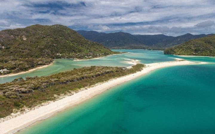 1. Bãi biển Awaroa tiếp giáp Vườn quốc gia Abel Tasman ở trên đầu Nam Đảo của New Zealand.