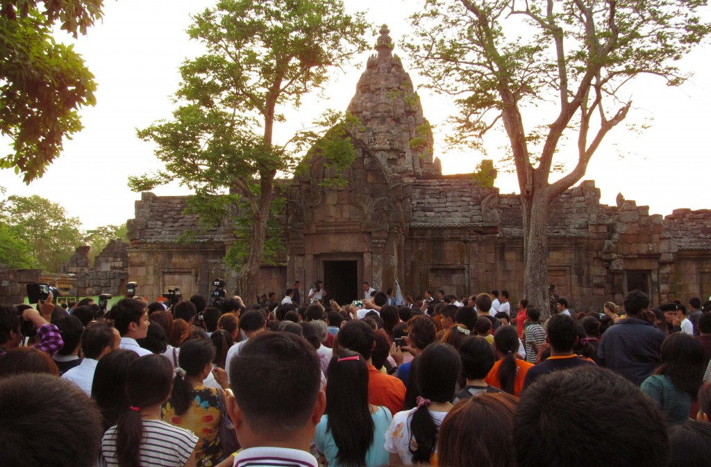 1. Rất đông khách du chờ đón những tia bình minh xuyên đền xưa - 2