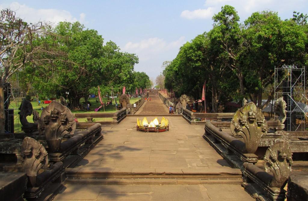 4. Cuối chân núi lửa đẵ tắt, cuối đường dốc này là xa lộ Angkor xưa.
