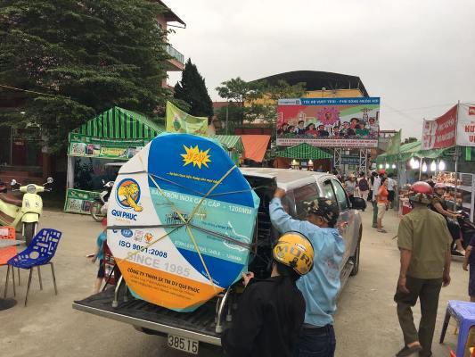 Người dân đem xe ô tô đến mua hàng của doanh nghiệp Qui Phúc tại phiên chợ HVVNT
