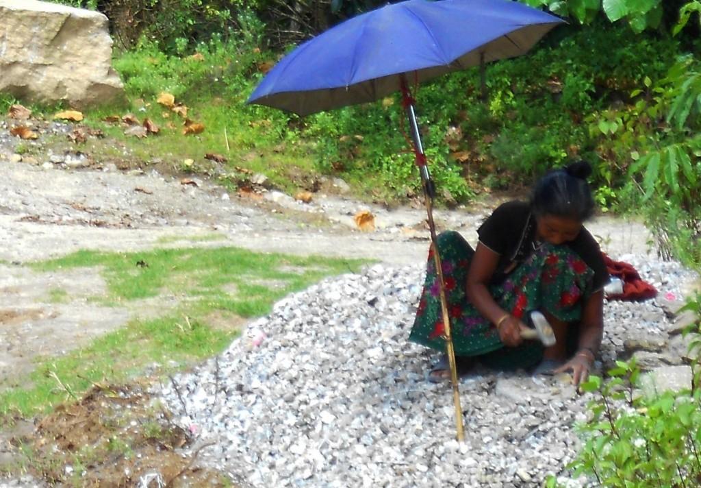 1b. Người phụ nữ đập đá ở Pelling, cứ ngỡ Côn Sơn 100 năm trước chứ không phải đã qua thế kỷ 21 lâu lắm rồi.