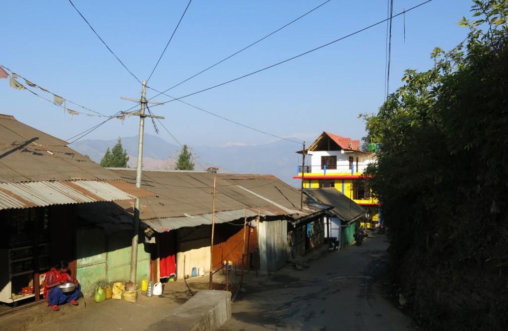 8a. Trước những sắc màu mạnh và gần kề của phố, núi tuyết Himalaya xa xa bỗng trờ nên nhạt nhạt.