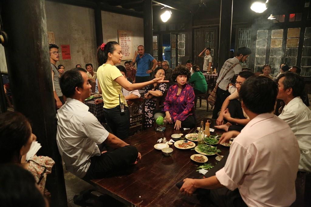Đạo diễn Hồng Ánh (áo vàng- giữa) đang chỉ đạo diễn xuất